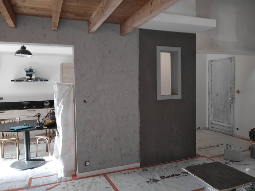 sur cloison de séparation application d'un enduit effet beton